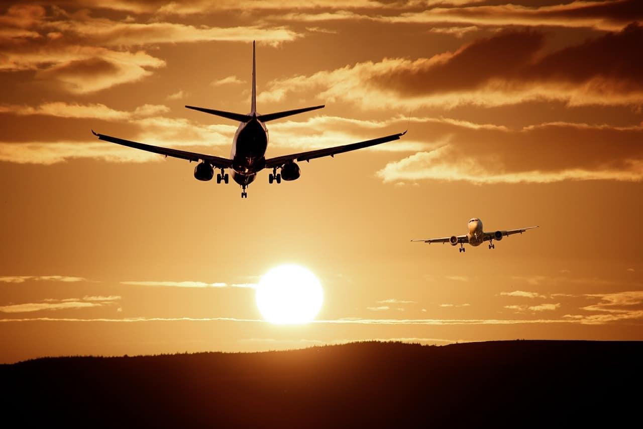שני מטוסים בשמיים