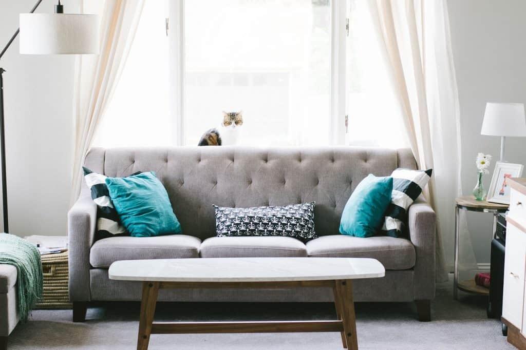 ספה במרכז החדר