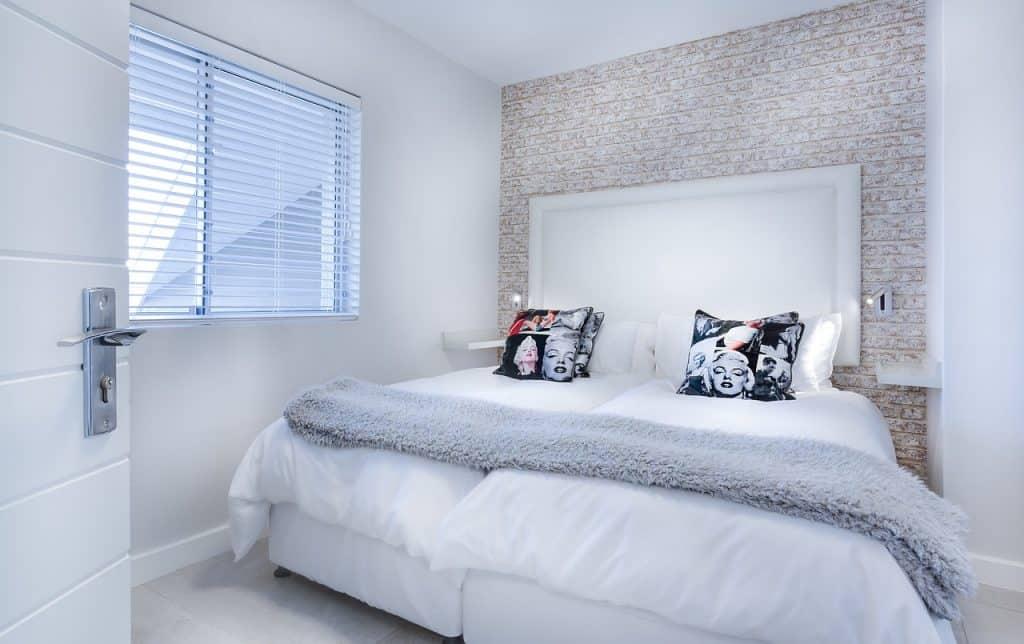 מיטה בחדר שינה וחלון