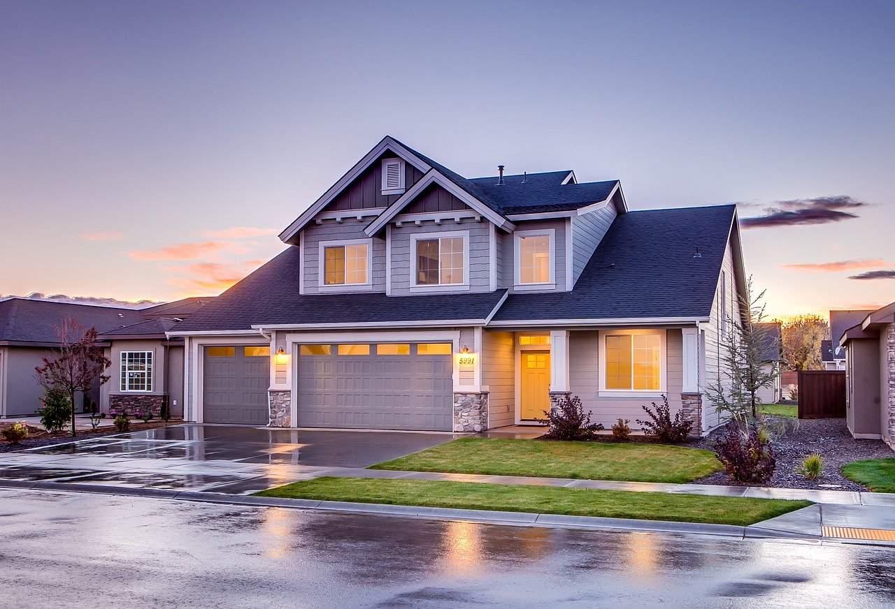 בית אמריקאי לאחר גשם על רקע שקיעה